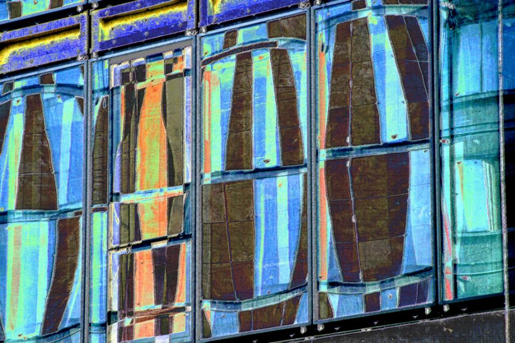 Paris: les déformations dans les fenêtres peuvent étonner: autant développer l'étonnement personnellement.